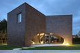 Widok wieczorny na trójczłonową część dzienną - willa Moerkensheide w De Pinte w Belgii autorstwa Dieter De Vos Architecten