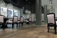 Beton architektoniczny na ścianach, eklektyczne meble i postarzana podłoga