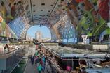"""Wnętrze hali targowej pokryte jest artystyczną grafiką nazwaną """"Rogiem obfitości"""". Hybrydowa architektura współczesna od MVRDV – ogromny targ otoczony apartamentami"""