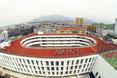 Szkoła podstawowa TianTai No.2 w Chinach - uczniowie podczas zajęć sportowych na dachu bryły  autor: biuro architektoniczne LYCS z Hong Kongu