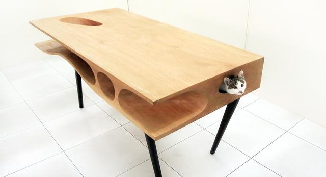 Designerski mebel CATable autorstwa Ruan'a Hao z pracowni architektonicznej LYC. Stół i gadżet dla kota w jednym  fot. LYCS Architecture
