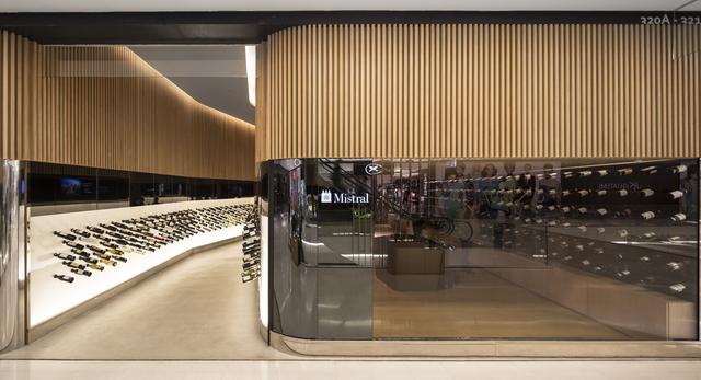 Sklep z winami projektu Studio Arthur Casas - klasyka i technologia w drewnianym wnętrzu  fot. Studio Arthur Casas