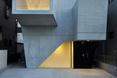 Ciepłe światło kontrastuje z betonem architektonicznym domu w Abiko, Japonia  autor: pracownia architektoniczna fuse-atelier