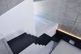 Czarne schody konstrastujące z betonem architektonicznym -  dom jednorodzinny w Abiko, Japonia  autor: pracownia architektoniczna fuse-atelier