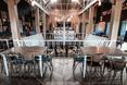 Górna kondygnacja - restauracja The Smart Pub w mieście Krajowa w Rumunii  autor: YELLOWOFFICE