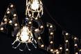 Industrialne lampy i świecący napis w tle - restauracja The Smart Pub w mieście Krajowa w Rumunii  autor: YELLOWOFFICE