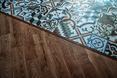 Zestawienie podłogi z surowego drewna z podłogą z płytek pokrytych wzorami - restauracja The Smart Pub w mieście Krajowa w Rumunii  autor: YELLOWOFFICE