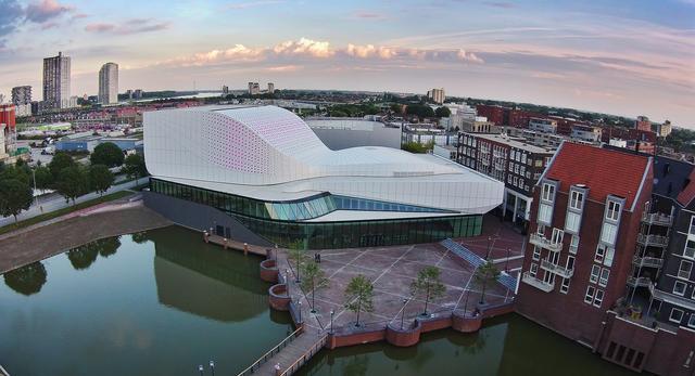 Bryła Theatre de Stoep w miejscowości Spijkenisse w Holandii  autor: UNStudio