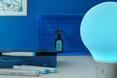 Designerski gadżet - lampa ColorUp w niebieskim otoczeniu  autor: PEGA DESIGN
