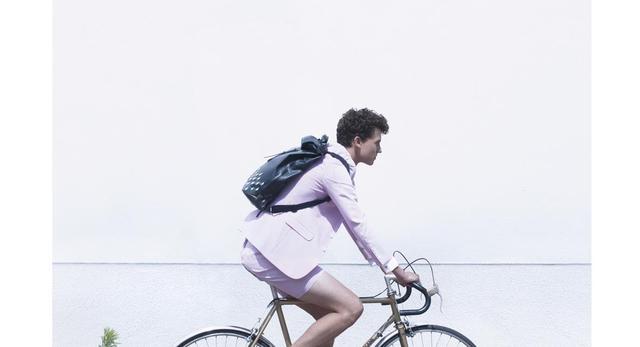 Ciekawy design rowerowy - projekt toreb z odblaskiem autorstwa Julie Thissen  fot: Emile Kirsch