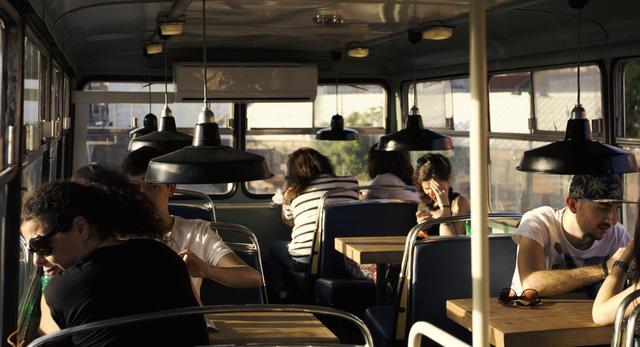 Wnętrze autobusu-kawiarni. Jedna z atrakcji kulturalnej wioski Village Underground Lisbona  fot. VULisbona