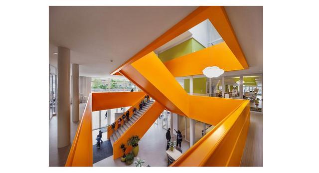 Multifunkcjonalna architektura współczesna - The Klarendal w miejscowości Arnhem w Holandii  autor: pracownia architektoniczna DeZwarteHond