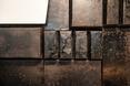 Jeden z najbardziej charakterystycznych elementów architektury wnętrz bistro - ściana wyłożona blachami cukierniczymi