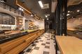 Architektura wnętrz Doppio Cafe Bistro: jasne drewno, biel, odcienie szarości