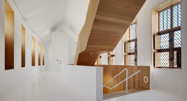 Renowacja Muzeum Stedelijk Hof van Busleyden w Belgii. Białe wnętrza, drewno i beton architektoniczny