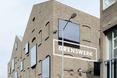 Bryła Poppodium GRENSWERG w holenderskim mieście Venlo - napis na elewacji wygląda jak przeróbka komputerowa  autor: van Dongen - Koschuch architekci