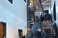 Długie i wąskie foyer budynku Poppodium GRENSWERG w holenderskim mieście Venlo  autor: van Dongen - Koschuch architekci