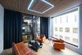 W razie potrzeby, widok z sali spotkań można zasłonić kurtyną - bryła Poppodium GRENSWERG w holenderskim mieście Venlo  autor: van Dongen - Koschuch architekci