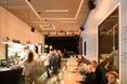 Wnętrze kawiarni PopCafe - bryła Poppodium GRENSWERG w holenderskim mieście Venlo  autor: van Dongen - Koschuch architekci