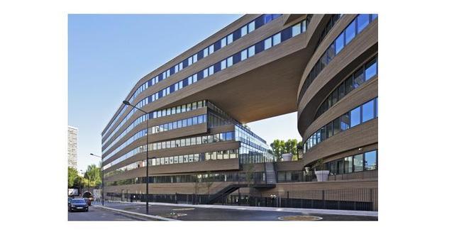 Nowy obiekt projektu MVRDV - ekologiczna architektura biurowca The Pushed Slab Office w Paryżu