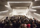 Monolityczna bryła, w której kryje się elegancka sala koncertowa