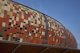 Barwiony beton architektoniczny na elewacji - bryła Soccer City