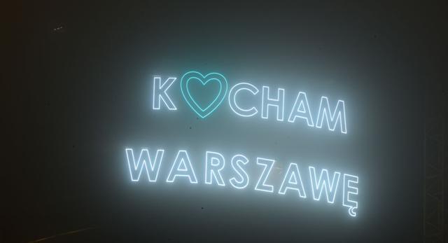 """Neon """"Kocham Warszawę"""" na ścianie Warsaw Spire"""