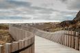 Kładka dla pieszych w Portugalii. Drewniane ogrodzenie konstrukcji ugina się na kształt fali