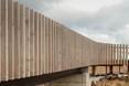 Konstrukcja wsparta jest na betonowych fundamentach - drewniana kładka dla pieszych w Portugalii