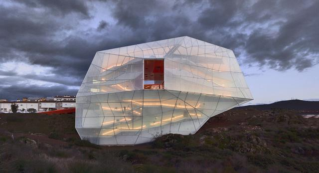 1. Plasencia Auditorium and Congress Centre w Cáseres, Hiszpania 2005/2013  autor: architekci z biura Selgas Cano w Hiszpanii, twórcy Serpentine Gallery Pavilion 2015
