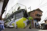 Jeden z efektów  projektu Spaces for Peace. Nieatrakcyjny budynek zyskał żywe barwy i boisko na dachu