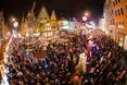 Ognista parada elfów, w tle architektura Wrocławia