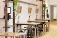 Stoliki i zawieszone na ścianach menu w restauracji Lucky Penny w Melbourne.
