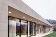 Widok od lewej strony elewacji frontowej - bryła The Slight Slope Long House w Bułgarii, autorstwa I/O Architects