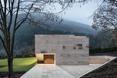 Elewacja krótsza i wjazd do garażu - bryła The Slight Slope Long House w Bułgarii, autorstwa I/O Architects