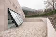 Garaż w domu jednorodzinnym The Slight Slope Long House w Bułgarii, autorstwa I/O Architects