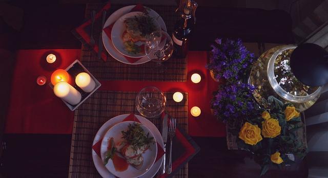 Staranna aranżacja wnętrza, złota rybka na szczęście i kwiaty - restauracja tylko dla dwojga