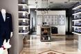 Architektura wnętrz butiku marki Mercer w Warszawie.Uwagę przyciągają katalogi krojów zawieszone na ścianie.  Autor: 370Studio
