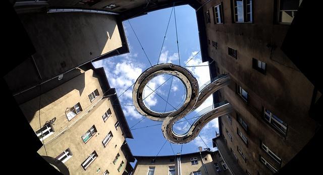 Przestrzeń publiczna zawieszona nad ziemią - wąski balkon