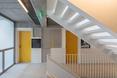 """""""Urban Spaces"""" - obiekt wielorodzinny autorstwa ADN Birou de Arhitectura. Klatka schodowa"""