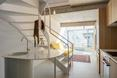 """""""Urban Spaces"""" - obiekt wielorodzinny autorstwa ADN Birou de Arhitectura. Wnętrze apartamentu o wysokości dwóch kondygnacji"""