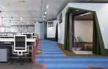 Google Enginieering  - projekt pracowni architektonicznej Panson. Białe BOXY na pasiasym szlaku z wykładziny