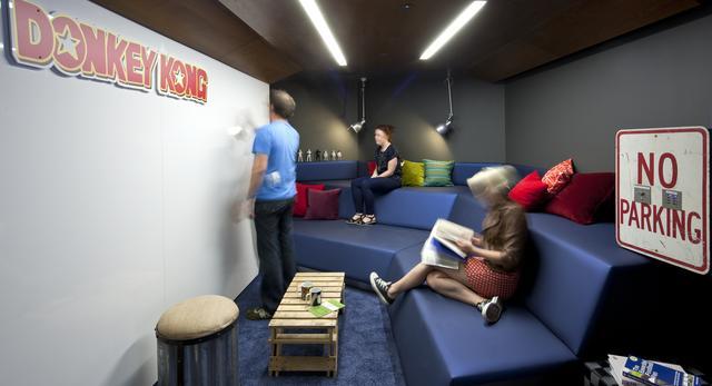 Google Enginieering  - granatowa kanapa w przestrzeni wspólnej. Czy to wygląda jak biuro?