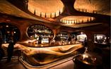 Bar Raval w Toronto. Bryła z mahoniu