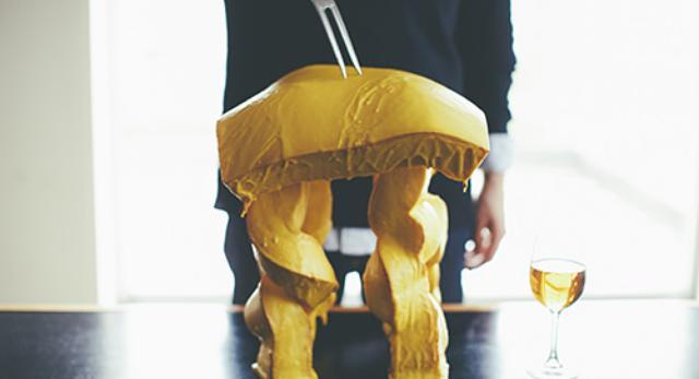 Stołek Fondue Stool japońskiego artysty Satsuki Ohata - nadziany i gotowy do (zje/sie)dzenia
