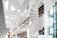 Białe, modernistyczne schody kręte  autor: holenderska pracownia KAAN Architecten