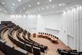 Biała jest również sala audytoryjna  autor: holenderska pracownia KAAN Architecten