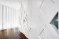 Trójkątne otwory pojawiają się także na ścianach i drzwiach  autor: holenderska pracownia KAAN Architecten