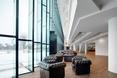 Szklana ściana ułożona w harmonijkę doświetla obiekt  autor: holenderska pracownia KAAN Architecten