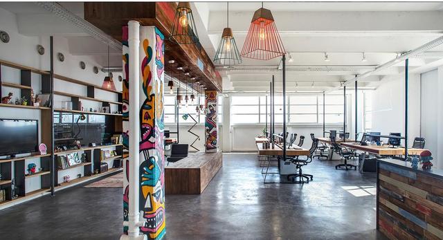 Multifunkcjonalny open space prosto z Tel Awiwu. Wnętrza w stylu industrialnym projektu pracowni Roy David Studio